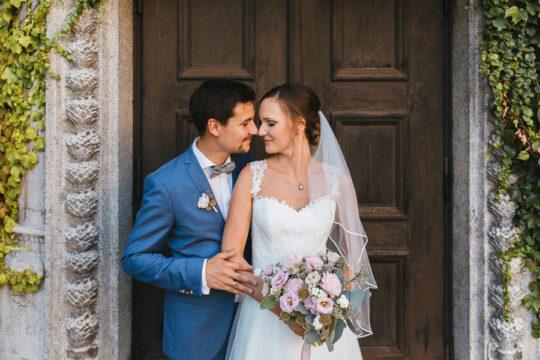 Inniges Brautpaarfoto im Portrait vor einer alten Holztür