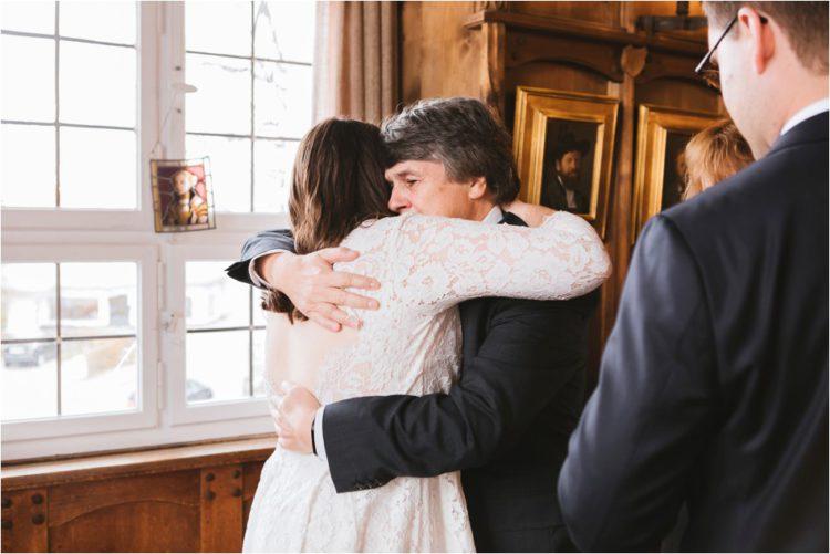 Braut wird von Brautvater umarmt