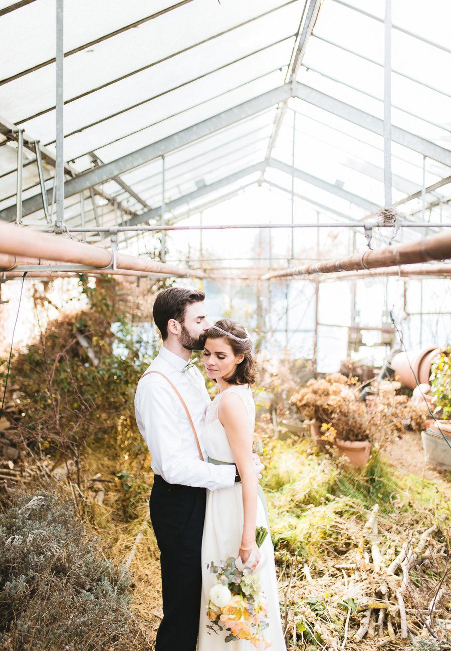 Brautpaar steht zueinander, innig, geschlossene Augen in einer Gärtnerei