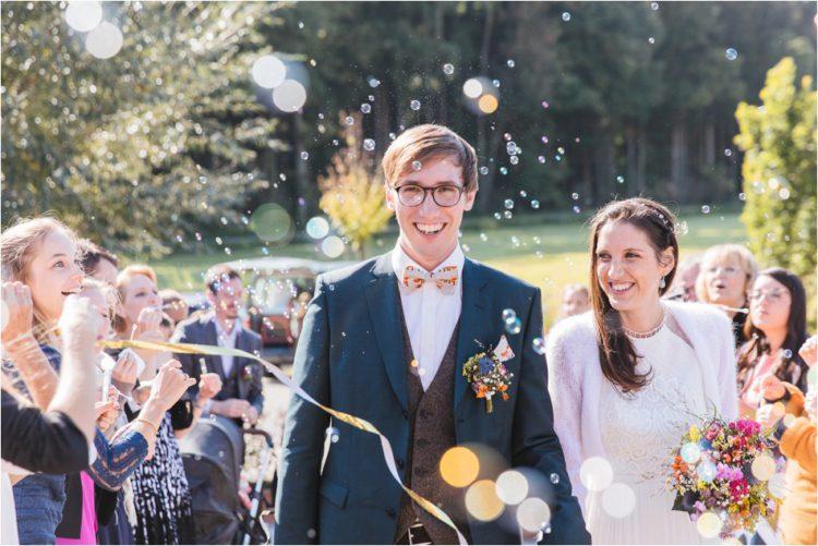 Brautpaar wird empfangen mit vielen Seifenblasen