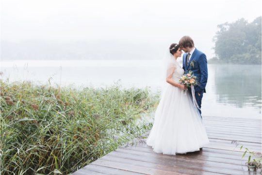 inniges Brautpaarfoto im Regen mit Nebel am Schliersee