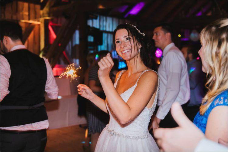 Braut tanzt mit Wunderkerze in der Hand