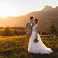Brautpaar in Bayrischzell bei Abendsonne im Juni