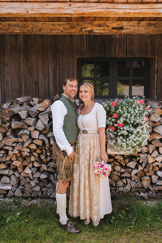 Brautpaar in Tracht am Hasenöhrl Hof