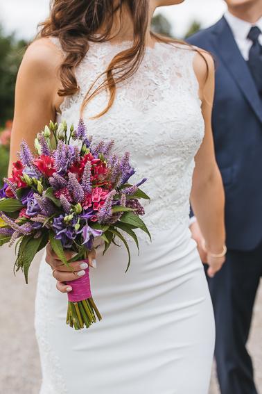 Braut hält Brautstrauß in der Hand