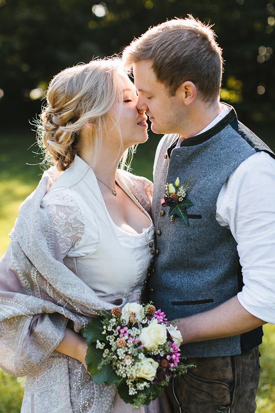 Brautpaar küsst sich bei ihrer Hochzeit im Jagdhaus Eicherloh