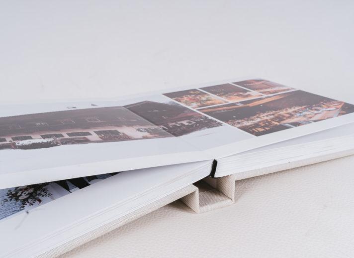 Geöffnetes Album mit kartonstarken Seiten