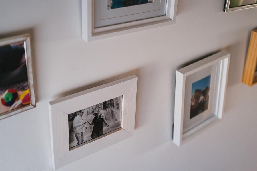 Paarfotos in Bilderrahmen an einer Wand