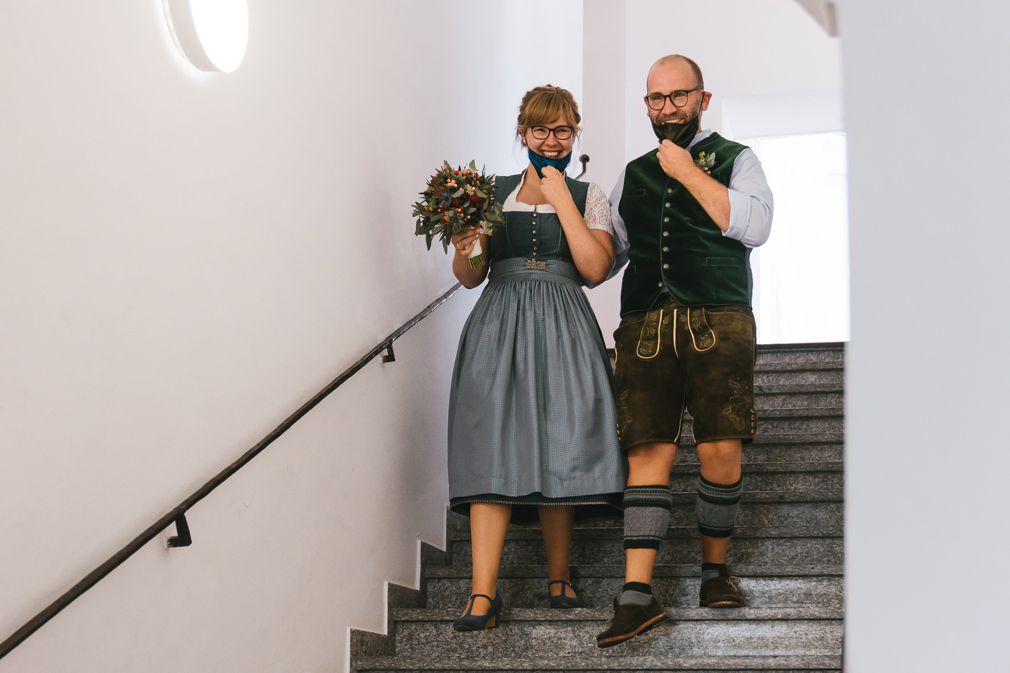Brautpaar mit Mund Nasen Schutz nach Trauung