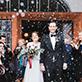 Brautpaar mit vielen Seifenblasen am Standesamt Schliersee